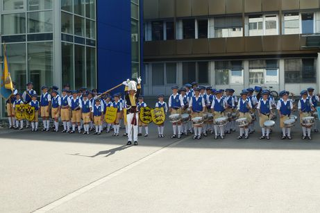 the fair´s junior drummers and pipers deliver musical greetings